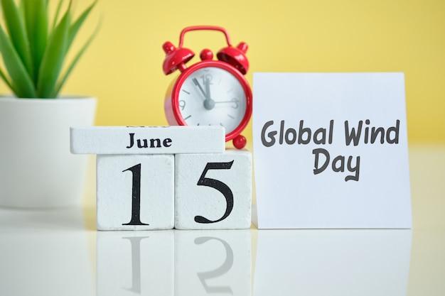Глобальный день ветра 15 пятнадцатого июня месяц календарь концепции на деревянных блоков.