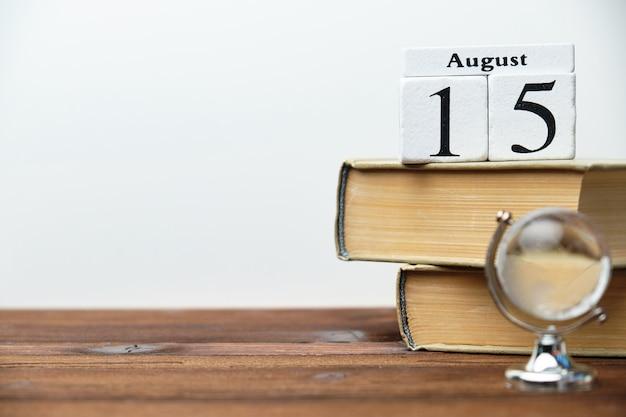 15 августа пятнадцатый день месяц концепция календаря на деревянных блоках с копией пространства