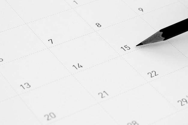 鉛筆はカレンダーの15を指します。