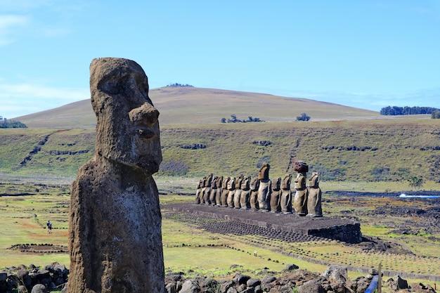 チリ、イースター島のアフトンガリキのプラットフォームにある有名な15モアイのあるモアイ像