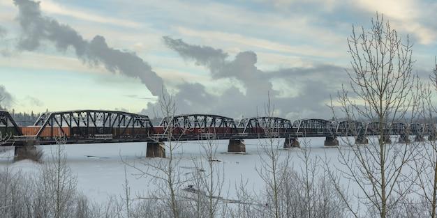 凍った湖の上の鉄道橋、ハイウエイ16、イエローヘッドハイウェイ、プリンスジョージ、ブリティッシュコロンビア州、ca