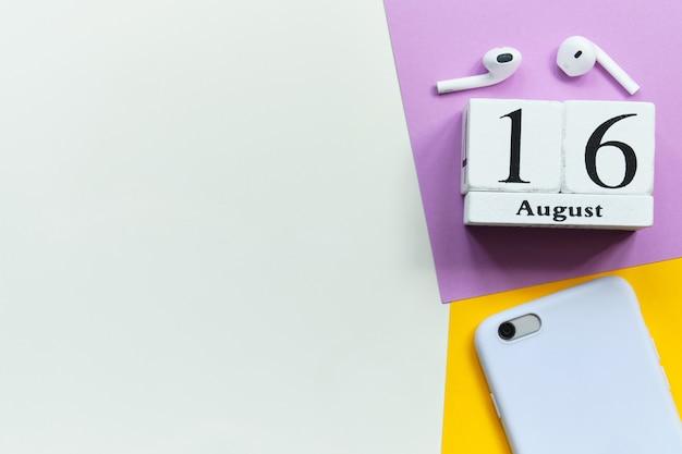 Концепция календаря месяца 16-ое августа шестнадцатого дня на деревянных блоках с космосом экземпляра