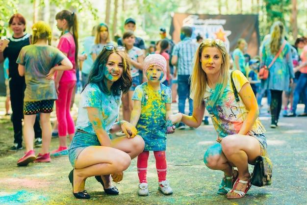 Вичуга, россия - 17 июня 2018: фестиваль цветов холи. счастливые девушки в краске
