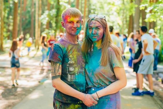 Вичуга, россия - 17 июня 2018: фестиваль цветов холи. счастливый улыбающийся мальчик и девочка на празднике