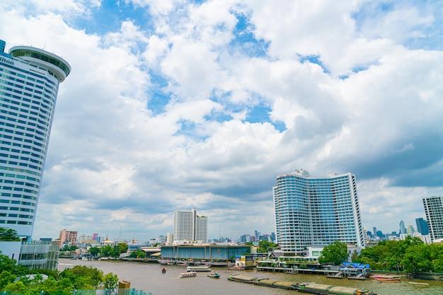 Бангкок таиланд - 17 июля 2019 года: вид на столицу бангкока с рекой в таиланде