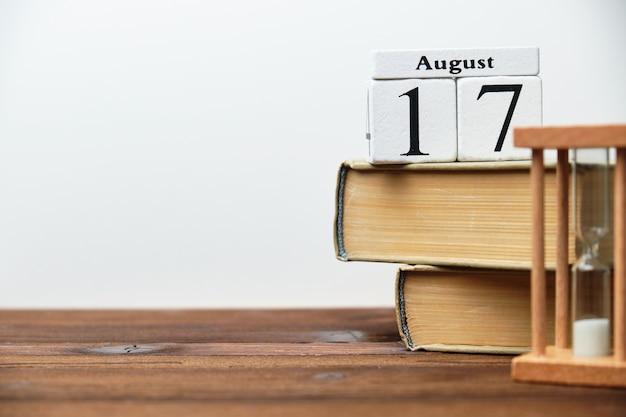 17 августа семнадцатый день месяц концепция календаря на деревянных блоках с копией пространства