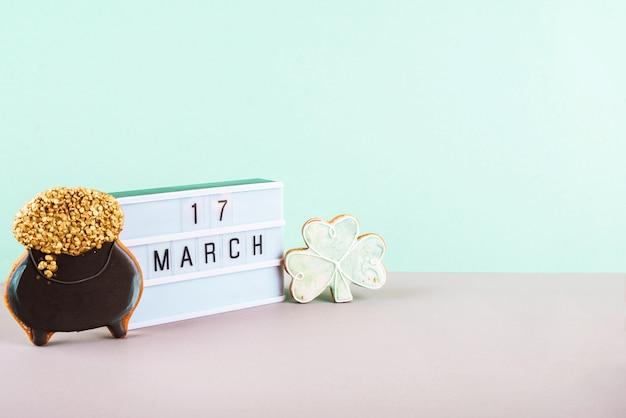 17 марта - день святого патрика. композиция из сладких пряников на светлом фоне.