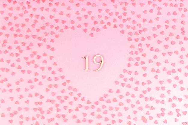 小さなハートのハート型の装飾で木で作られた19番19