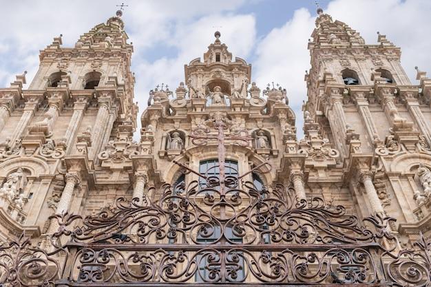 Сантьяго де компостела, испания; 19 апреля 2019 года: собор сантьяго-де-компостела и множество туристов и паломников в праздничном путешествии