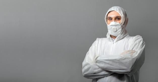 Дезинфекция коронавируса ковид-19. портрет кавказской доктор в защитный медицинский костюм, биологическая опасность, медицинская маска ffp3, очки, изолированные на сером фоне. доктор в химической защиты одежды