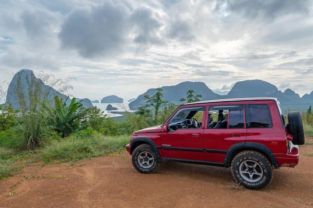 2020年11月19日高山の景色を望む赤い4x4車スズキビターラ1993