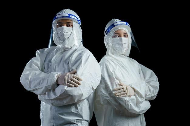 病院、コロナウイルス、コビッド19ウイルスの発生の概念でppeスーツとフェイスマスクとフェイスシールドを身に着けている医者。