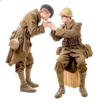 1940年代の2人のフランス兵がタバコを吸う