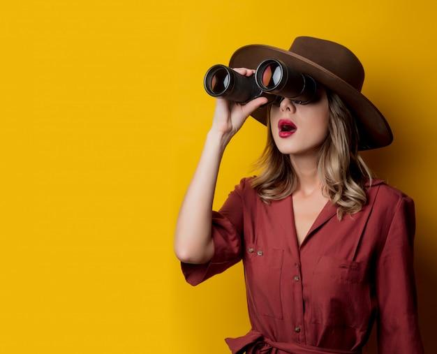 双眼鏡で1940年代スタイルの服の女性