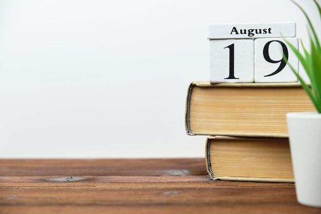 Концепция календаря месяца 19-го августа девятнадцатый день на деревянных блоках с копией пространства