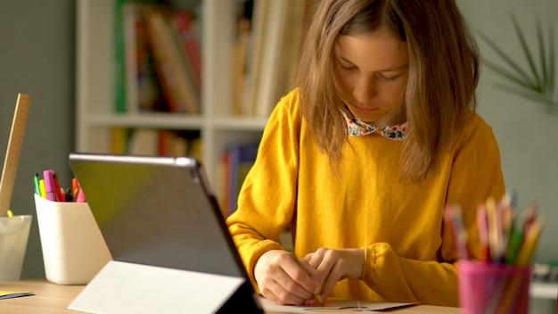 コロノウイルスコビッド19の隔離期間中の自宅での女子高生の遠隔学習。