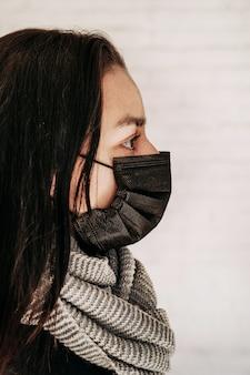 Молодая женщина плохо себя чувствует и больна. у девочки симптомы респираторной вирусной инфекции, лихорадка, кашель. концепция эпидемической пандемии коронавируса ковид-19. табуляция