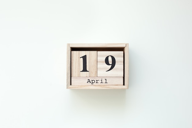 19 апреля пасха деревянный блок календарь на белом фоне изолированных стены. пасхальный. вид сверху с копией пространства. христианская пасха деревенский деревянный декор дома. праздник весенней пасхи. вид сверху. праздновать