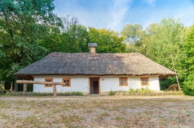 古いウクライナの家これは19世紀の小屋です。