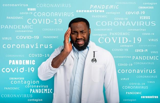 Доктор истощен из-за переутомления коронавирусом ковид-19. голубая стена