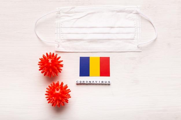 Концепция коронавируса ковид-19. вид сверху защитная дыхательная маска и флаг румынии. новая китайская коронавирусная вспышка.