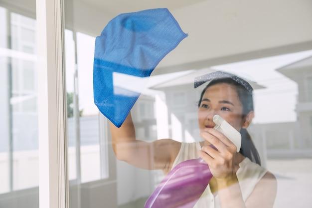 Одинокая женщина убирает дом во время ковид-19