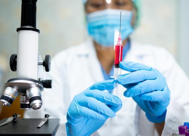 Врач проводит разработку вакцины для врача для лечения вакциной коронавирус ковид-19.