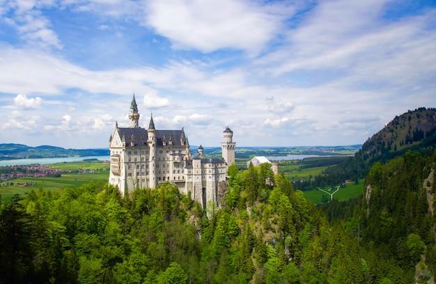 ノイシュヴァンシュタイン城は、険しい丘の上の19世紀のロマネスク様式の復活宮殿です。