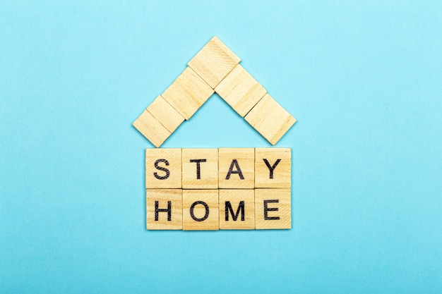 Оставайтесь дома, оставайтесь в безопасности концепции. карантин против коронавируса ковид-19 в мире с призывом остаться и работать дома