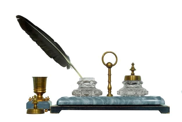 石ベースの真ちゅう製パーツと鳥の羽を備えた19世紀のインクスタンド