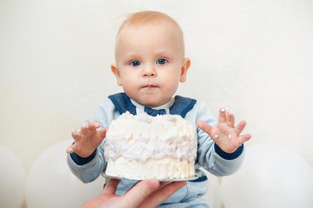 1歳の赤ちゃんの誕生日パーティー赤ちゃんの誕生日ケーキを食べる