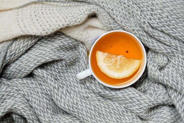スカーフに包まれたレモン入り紅茶1杯。コピースペース。上面図。