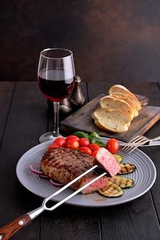 焼きビーフステーキとズッキーニ、フレッシュトマトチェリーとバジル、赤ワイン1杯