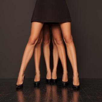 1つずつ立っている女性の足の木のペア