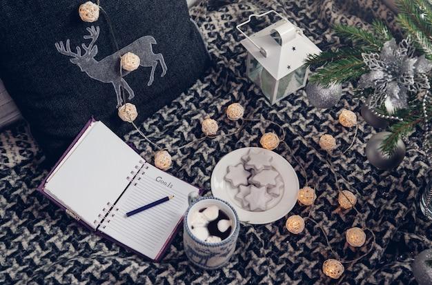 クリスマスツリーの下にチョコレートを1杯入れて、来年の目標を書く