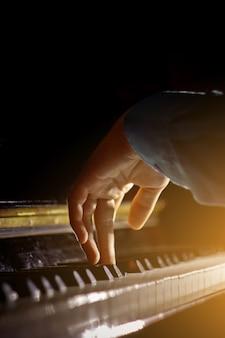 ピアノの上の1つの男性の手。