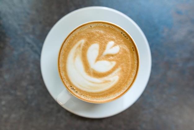 トップビュー、ラテアート、灰色の石の卓上にコーヒー1杯