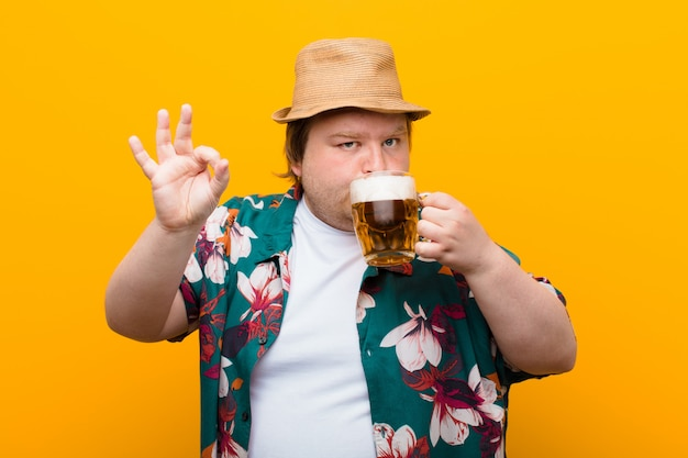 ビール1パイントの壁を持つ若い大きなサイズの男