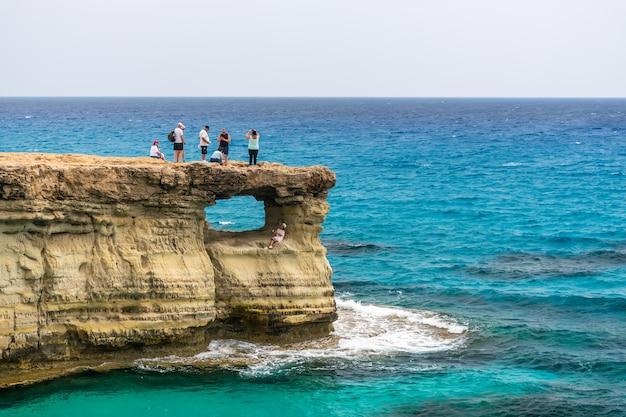 観光客は、最も人気のある観光スポットの1つ、海の洞窟を訪れました