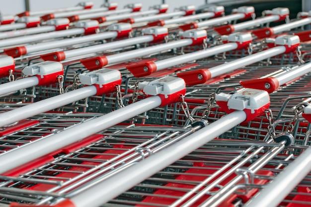 ロックが付いた多数のショッピングカートが1つずつ挿入されています。