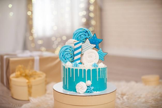 メレンゲと星で飾られた1年間の誕生日ケーキ
