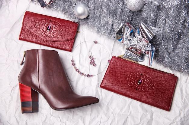 1つの赤いハイヒールの靴、財布、財布のフラットレイアウトイメージ
