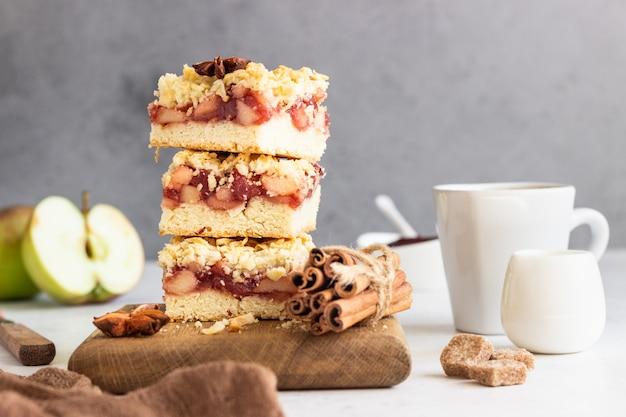 アップル、レッドベリージャム、スパイスの詰め物、コーヒー1杯で砕いたケーキ。