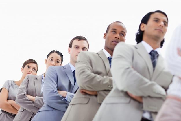 スーツを着た人々のローアングルショットを1本のラインで腕を横切る