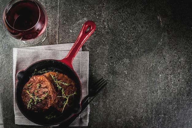 フォーク、ナイフ、ワイン1杯を添えて、フライパンでタイムをかけて自家製ビーフステーキ