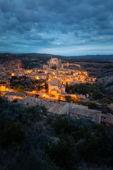 スペイン、アラゴンのウエスカ州にある国で最も美しい町の1つであるアルケサルからの眺め。