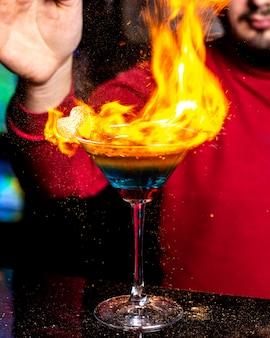 Горящий коктейль на столе 1