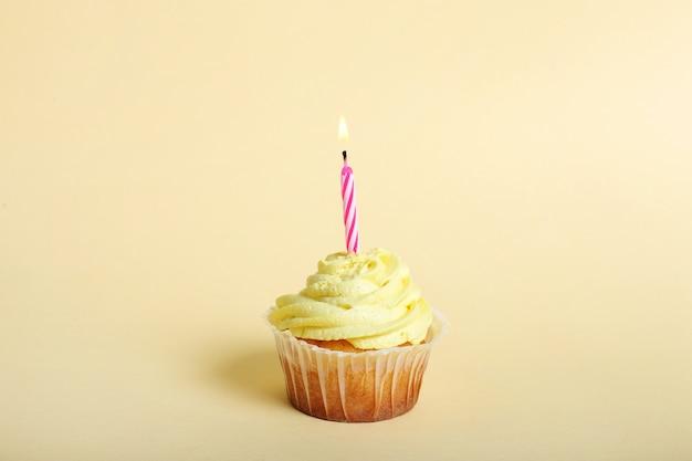 1歳の誕生日のキャンドルとカップケーキ