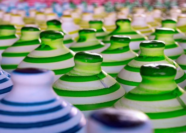 クローズアップカラフルな陶器は、中央にセレクティブフォーカス1つで床に一緒に並ぶ