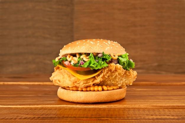 木製の茶色の表面に1つのハンバーガー